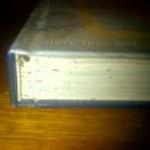 Prikaz knjiga zarazenih stenicama sirom javnih biblioteka grada Njujorka i ostalih gradova AMerike.Crne flekice su dokaz izmeta stenica koji nastaja odmah nakon usisavanja krvi od strane pacijenata cega ni sam pacijent nije svestan jer dobija analgetik pre uboda od strane same stenice a bol i svrab se pocinju manifestovati tek nakon 1-3 dana po ubodu kada analgetik iz tela stenice prestane da deluje u ljudskom organizmu.