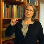 Biblitekarka Univerzitetske biblioteke u gradu Vasington D.C. objasnjava kako je videla stenice u samim knigama i kako je cirka 300 zarazenih kniga moralo proci poseban i skup tretman dezinsekcije za samo par dana.