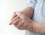 Ujed osa direktno u ruci moze prouzrokovati oduzetost tog dela tela na najmanje par sati do nekoliko dana uz ogromnu kolicinu bola za koju su potrebni jaki protivotrovi.