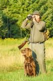 Miksoma virus se prenosi putem zarazene kozi divljaci u prirodi i kontakata osoba sa takvih zivotinjama.Od sustinske je vaznosti blagovremeni postupak kompletne dezinsekcije i dezinfekcije odece,ruku,koze i aparature pred ulazak u zivotni i radni prostor nakon povratka sa lova ili istrazivackog rada u prirodi i bliskog kontakta sa zivotinjama u prirodi.