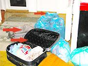 Stenice pored kreveta pre izlaska iz putnih torbi automatski ostavljaju larve i jajasca u njima.Prikaz dezinsekcije objekata zahvacenim stenicama u Beogradu dana 27.12.2013.Sva prava priliozenog materijala su zakonom zasticena.KLIK NA SLIKU GORE ZA SVA DALJA OBJASNJENJA I DETALJE,.