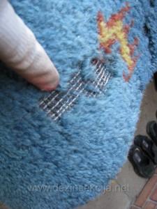 Moljci u tepihu.Prikaz slike novog vunenog tepiha vrednosti 12 hiljada dinara pojeden od moljaca nakon samo par nedelja prisustva istih.