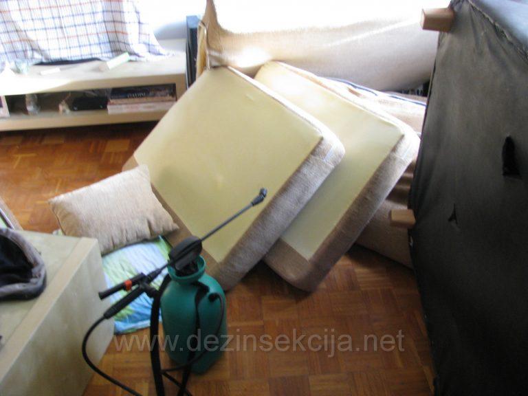 Sve navlake duseka smo morali skinuti i rastaviti sve krevete kako bi dosli do potpunog i 100% efektivnog hemijskog tretmana.