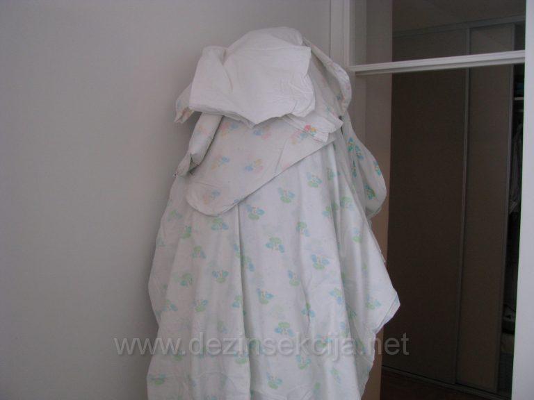 Svaka posteljina se postavlja uspravno na vratima i komad po komad tretira sa nase strane do nivoa milimetara.