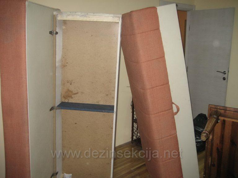 Kreveti u podignutom polzaju jedino 100% obezbedjuju nesmetano prodiranje sertifikovanog preparata u sve supljine namestaja silom zemljine teze i izbacuju ih dole pri podu.Sluzba koja dodje i isprska kreveta bez vertikalnog podizanja istih je klasicna amaterska i prevarantska sluzba.