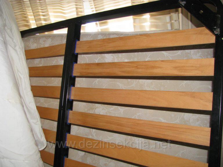 Rasklapanje kompleksnog kreveta pred DDD tretman.Samo priprema i rasklapanje kreveta se izvodi od strane minimum dvoje starijih tehnologa i neretko angazovanjem stolarske sluzbe.