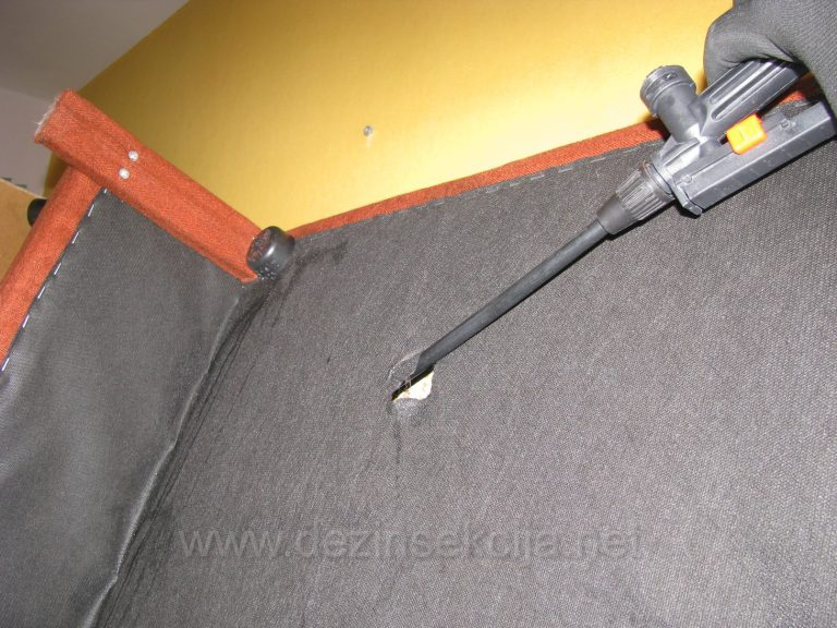 U odredjenom broju slucajeva uz dozvolu Klijenata se pristupa dubinskoj dezinsekciji nedostupnih delova kreveta zasecanjem zastitnog platna kako bi se doslo u kontakt sa stenicama u celokupnoj drvenarij.