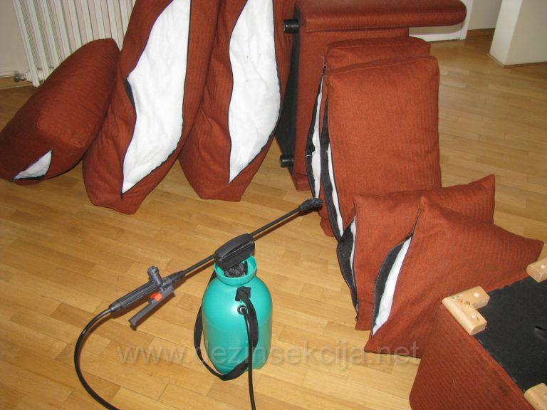 Dezinsekcija skupocenih jastuka primer iz radne prakse gde je uoceno mnostvo Cimex Lectularius-a nakon skidanja debele jastucnice.