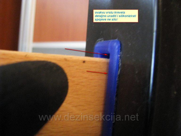 Prikaz i dokaz prisustva stenica iako se spolja nista ne vidi.Crne flekice na spojevima mehanizma kreveta.