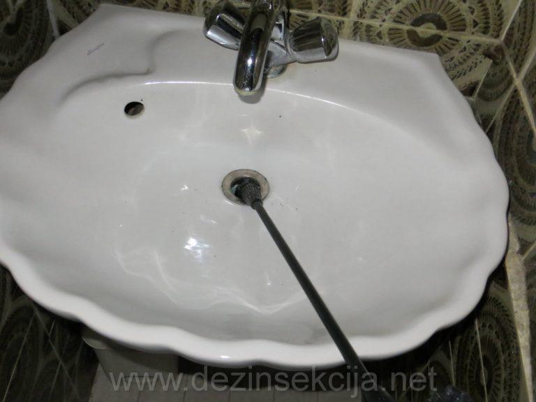 Sigurnosni ventili u umivaoniku su redovno steciste bubarusa iako se spolja nista ne vidi.Po ubrizgavanju preparat bubaruse izlaze iz svojih sklonista.