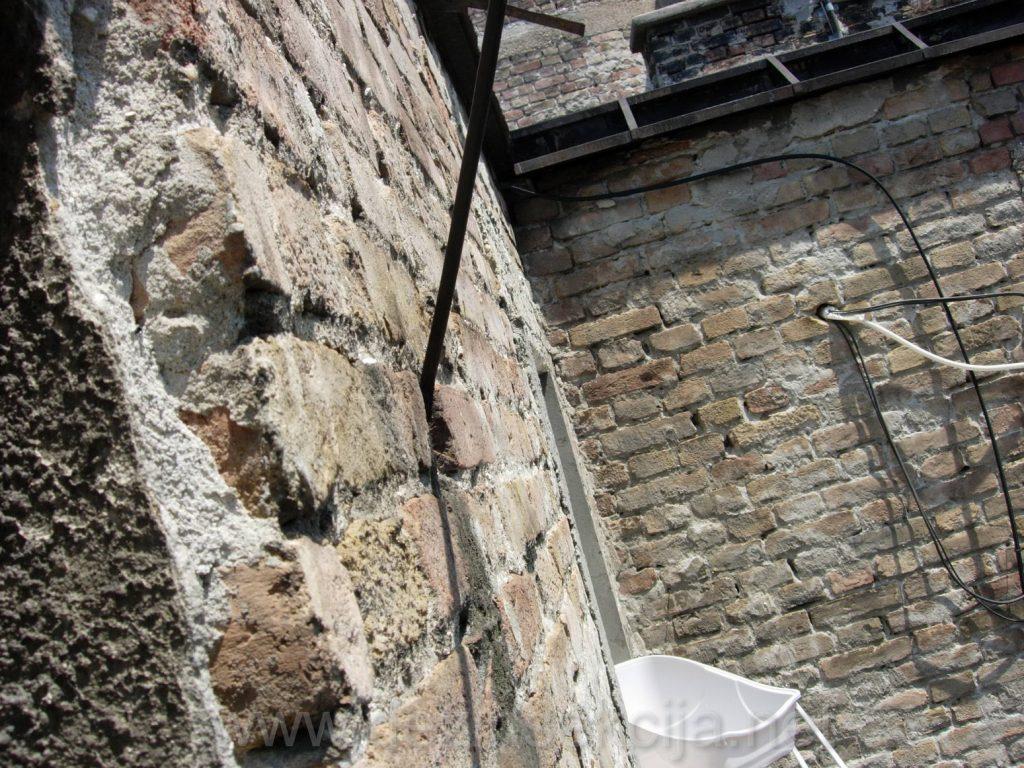 Prikaz lose fasade gde se bubasvabe po izjavi stanara zavlace.Fotografije u Beogradskom naselju Dorcol,2018-e godine.