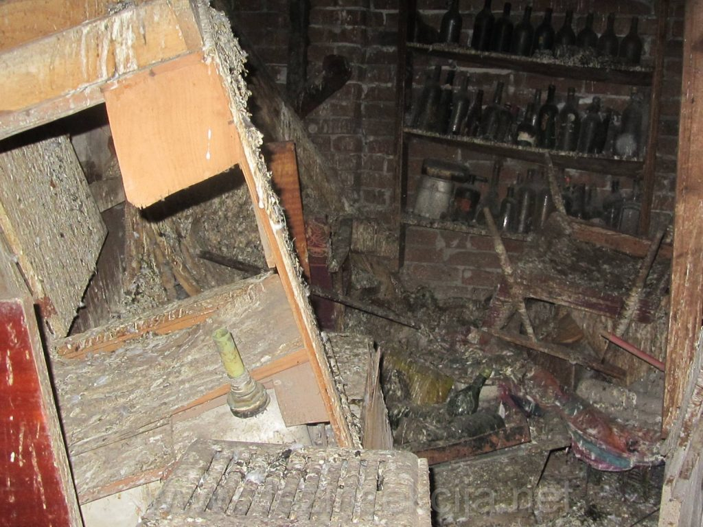 Gomila shuta i starih stvari na gotovo svakom tavanu koje zaticemo po prijavi stanara sa bubasvabama dovoljno govori o mentalitetu stanara i brizi stanara za ocuvanje zivotnje i radne okoline.