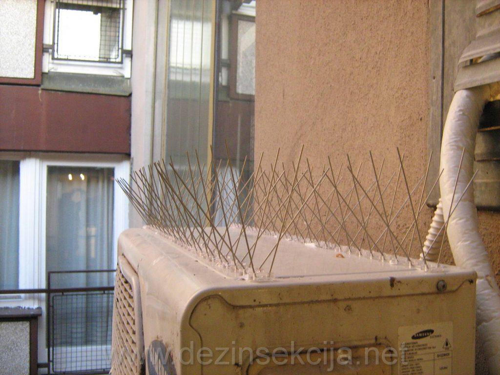Resenje odbijanja golubova na klima uredjaja putem bezopasnih fleski zica narocite izdrzljivosti i izrade.Garancija na sve usluge odibjanja golubova putem fleski zica ili G-mreza je 12 meseci.