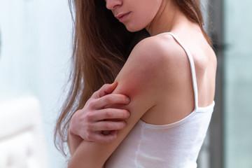 Dezinsekcija komaraca se mora raditi redovno i detaljno.Vecina sugradana u gradu Beogradu i ostalim mestima u Srbiji je osudjena na slucaj verovatnoce ujeda od komaraca po izlasku iz svojih domova.Nosenje odece sa dugim rukavima i dugim nogavicama je jedina zastita na duzem vremenskom periodu.Dezinsekcija na pojavu komaraca je pak prvi korak u ekspresnom i maksimalnom suzbijanju broja komaraca i njihovih larvi.