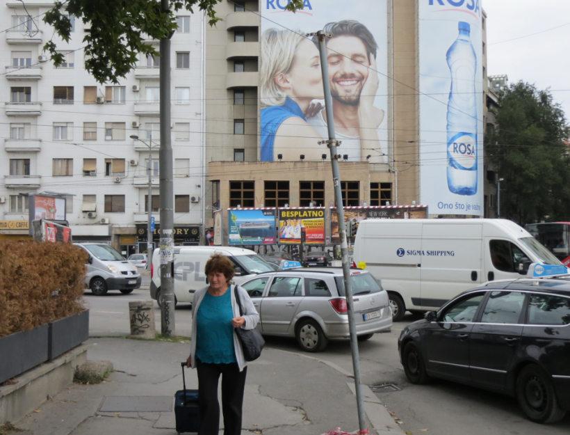 """Veliki oglas registrovane nemacke agencije za regrutovanje strucnjaka rzleih finansiranih od strane same Vlade Republike Nemacke u strogom centru Beograda preko puta glavne autobuske stanice GDE CAK I BESPLATNO PRONALAZE POSAO U NEMACKOJ ZA BILO KOJE SPECIJALISTICKO RADNO OSOBLJE MEDICINSKE STRUKE.Stariji sugradjani u Beogradu se pitaju""""Pa kako to dolazili su mi neki tri puta prskali opet imamo buba,pre 5 godina bio je covek i resio problem,ovi sada nista.."""".99% ljudi u Srbiji ne shvata da ljudi sa znanjem uzurbano odlaze iz srpske prestonice zarad 10 puta vecih plata na samo 2 sata avionskog prevoza u Nemackoj,Holandiji,Svedskoj i ostalim drzavama EU."""