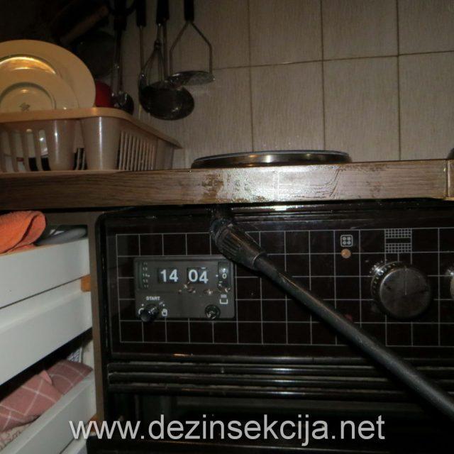 """Na slici priprema prostorija zahvaćenim bubarusima u Beogradu.Samo priprema ugradnih kuhinja je cirka 30 do 45 minuta bez daljeg efektivnog rada.Klijentima je TO NEMOUĆE OBJASNITI.KLIJENTI U SRBIJI TO RAČUNAJU KAO KVADRAT a ne kao nečiji efektivni rad i demontažu i montažu kuhinje.Klijenti samo kažu""""Imam kuhinju pet kvadrata koliko će to koštati...?"""" našta dobijaju odgovor""""Hoćete sa garancijom ili bez garancije?"""".Ako hoćete cenu bez garancije to je DŽABA ako hoćete sa garancijom to zaviti od VRSTE KUHINJA KOJI Imate i jako bitno reći od VREMENA KOJE BUBARUSE OBITAVAJU U OBJEKTU KLIJENATA.Blizu 20% stanova u Beogradu je manje ili više inficirano bubarusima.Problem se nikada ne rešava jer Klijenti u Beogradu sve to shvataju neozbiljno,nesvesno i ne žele da to reše u naučnom i biološkom smislu već žive sa bubama ne nedeljama ili mesecima već godinama."""