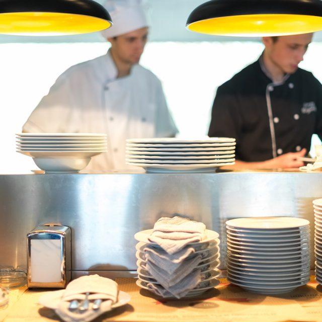 Kuvari i radnici u kuhinji su narocito trazeni u centru Beograda ali zainteresovanih je simbolicno mali broj.Obicno i to sto se javi na oglasima je upitnog znanja i takoreci nepostojeceg radnog iskustva.