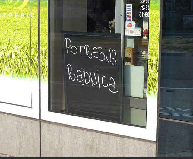 Oglasi za prodavce u trgovinama u prometnom Beogradskom naselju Zarkovo ulica Trgovacka.Fotografija napravljena pre par meseci.Plate su niske a ocekivana radna efektivnosti iskustvo se traze da budu jako visoki.