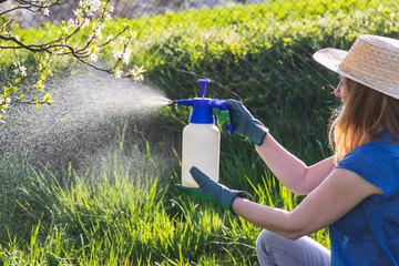 Prskanje svega i svacega u Srbiji odvija se od strane ne edukovanih i ne sertifikovanih lica cijim delovanjem se ostavlja ogroman broj visokokarentivnih i po zdravlje opasnih pesticida u vocu i povrcu a da krajni konzumenti toga nisu svesni.