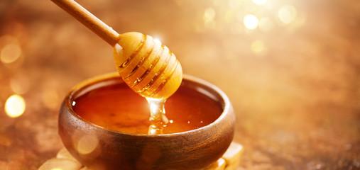 Kvalitetnog meda je sve manje i manje.Umesto njega trziste je prepravljeno varijacimama kukuruznog skroba i drugim varijacima saharina.