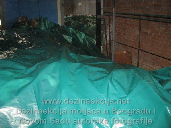 Na fotografiji možete videti postupak DDD vakumiranja celokupne kolekcije skupocenih kostima izmeren u desetinama tona na jednom mestu u paviljonu zapremine preko 5 hiljada kubnih metara.Samo priprema kostima pred izvršenjem je trajala više od sedam efektivnih radnih dana.