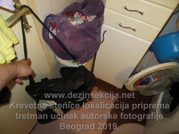Prikaz rukovanja radnih torbi u radu sa Klijentima i stanovima i hotelim i hostelima u Beogradu zahvaćenim stenicama.Sve torbe mora biti udaljene od zemlje obično naši sanitarci stave svoje u radnu opremu preko zatvorene wc šolje ili na bravi od vrata u wc u što je demonstrirano u autorskoj fotografiji.Izostanak poštovanje pravila službe u radu sa stenicama i ostavkom radnih torbi na zemlji neretko uzrokuje i prenos stenica u svom domu od strane nedovoljno iskusnih radnika i juniora početnika u regulaciji stenica.Zbog toga sve manje ljudi u Beogradu i Srbiji pristaje da radi bilo šta sa stenicama i jako je teško naći obrazovnog i iskusnog DDD inženjera koji zna šta radi i pri tome želi ume da uradi celokupni postupak dezinsekcije stenica od početka do kraja.Blizu 90% slučajeva recidiva i reklamacija stenica je razlog pozivanja nelicenciranih službi i slanje nedovoljno ili uopšte individua bez radnog iskustva sa stenicama.