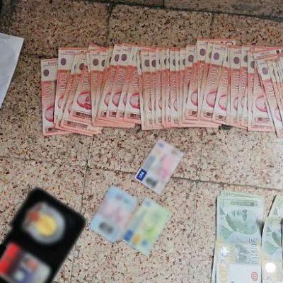 Fotografije MUP a Srbije danas 13 og maja nakon hapšenja troje inspektora iz sektora sanitarne,veterinarske i fitosanitarne inspekcije.Na fotografijam obeležene novčanice u iznosu od 878 hiljada dinara-7500 eura nakon hapšenja.Sve fotografije su vlasništvo MUP-a Srbije.